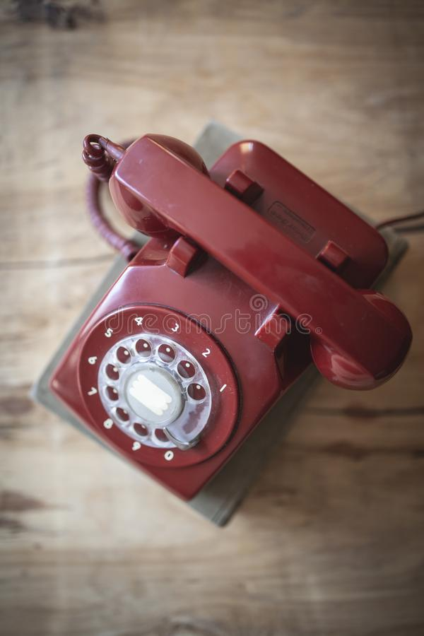 Röd roterande telefon arkivfoto