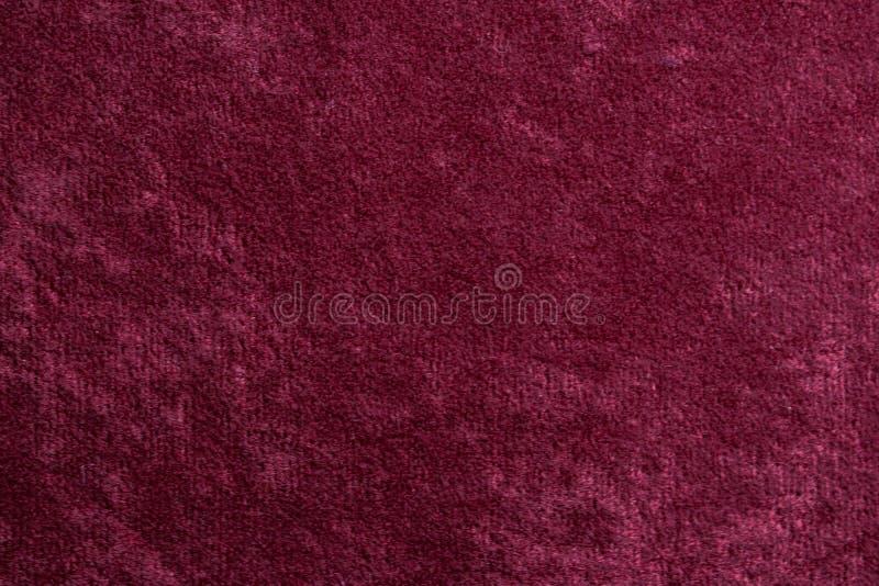 Röd sammetbakgrund eller velourflanelltextur gjorde av bomull eller ull med mjuk fluffig sammetslen meta för satängtygtorkduk royaltyfri foto