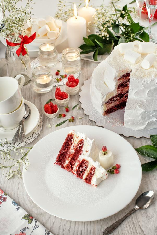 Röd sammetbröllopstårta Crano vit stilleben kaka bestick arkivfoton