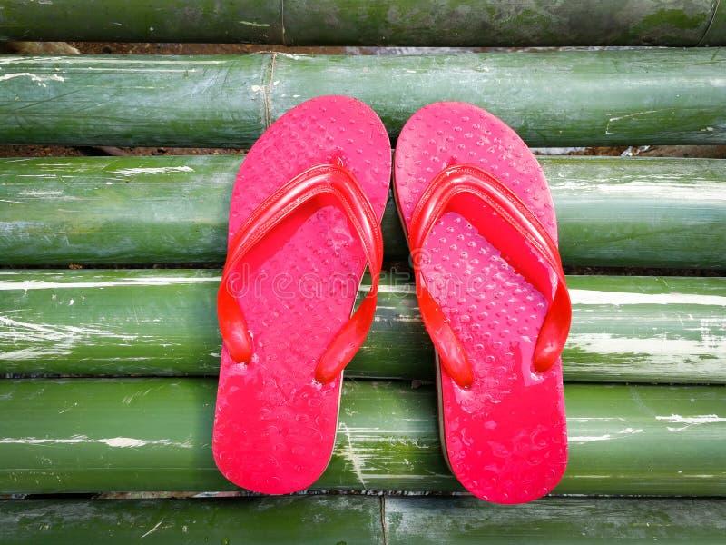 Röd sandal på bambu arkivbilder