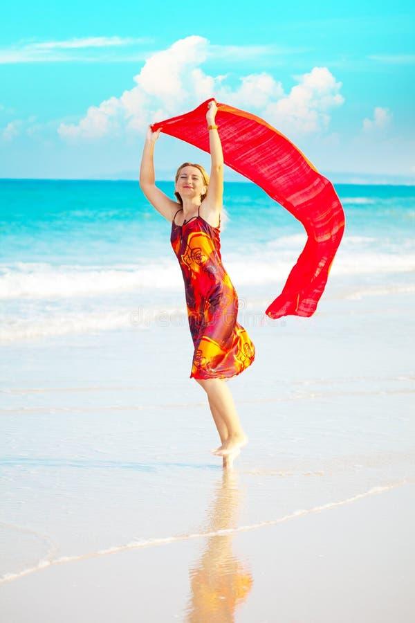 röd sarongkvinna royaltyfri bild