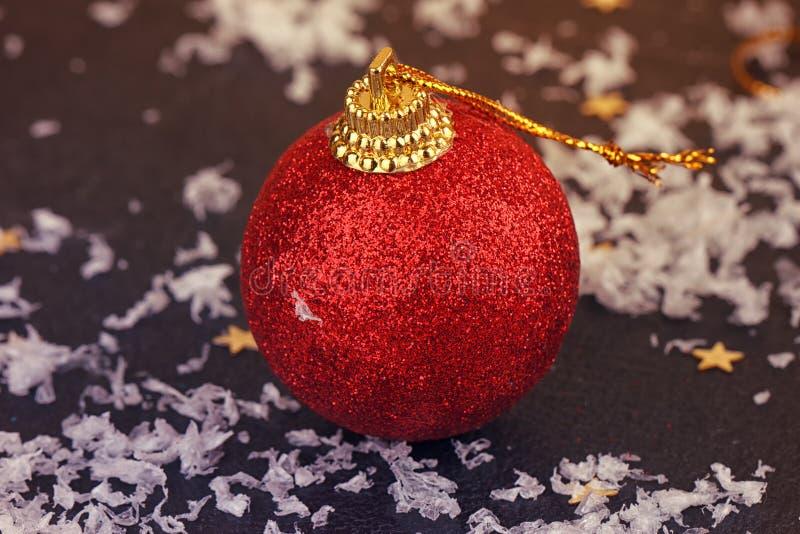 Röd satängjulboll på svart royaltyfri bild
