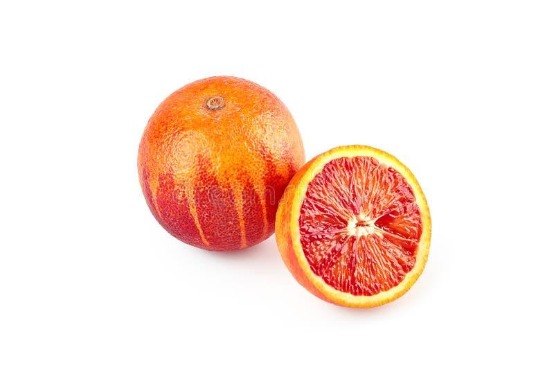 Röd sicilian apelsin med halva som isoleras på vit bakgrund med urklippbanan Perfekt retuscherat klar-till-bruk matbilder packe arkivbilder