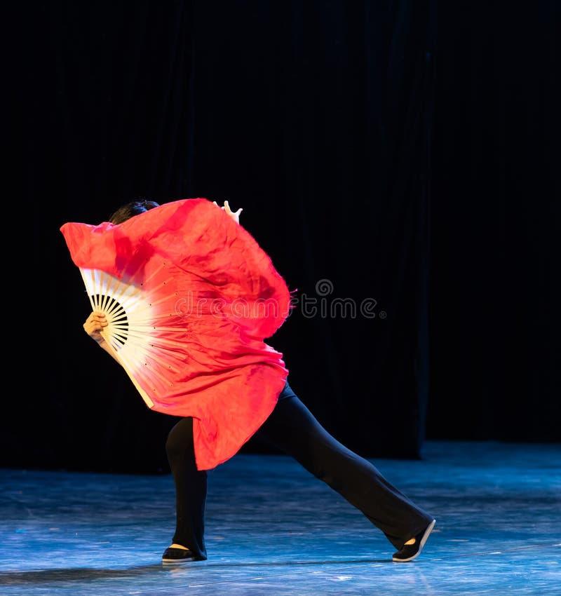 Röd siden- folk dans-avläggande av examen för fan 4-Chinese show av dansavdelningen arkivbild