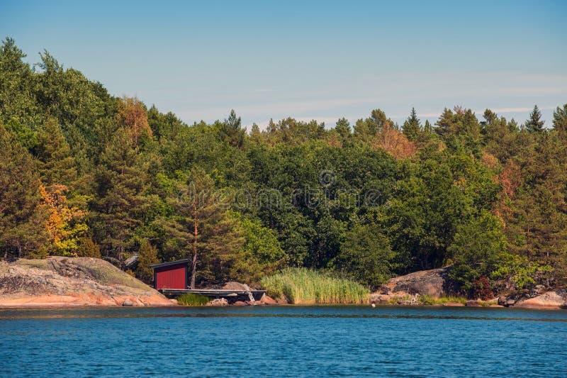 Röd sjöbod fotografering för bildbyråer