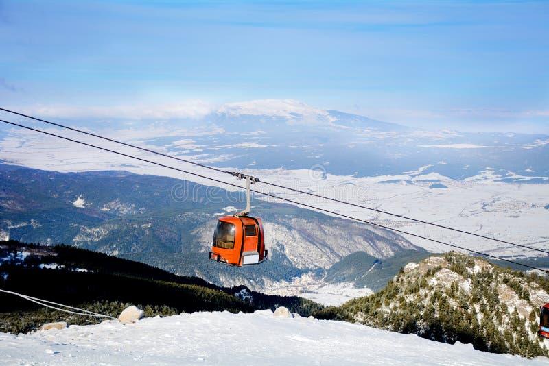 Röd skidlift skidar in semesterorten Borovets i Bulgarien Den härliga vintern landscape arkivbilder