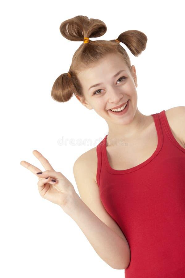 röd skjorta för gullig flicka som ler t-white fotografering för bildbyråer