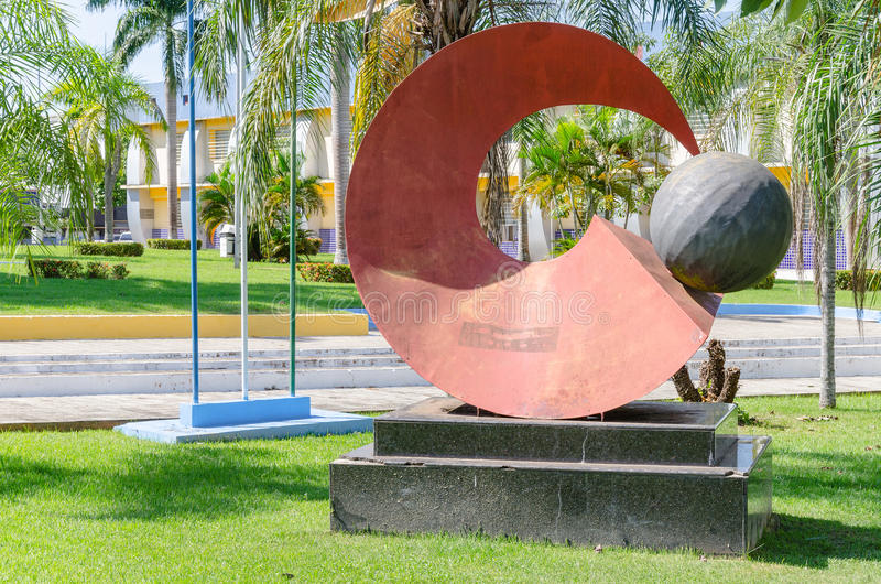 Röd skulptur framme av stadshuset av Porto Velho arkivbilder