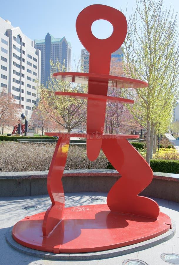 Röd skulptur i stadsträdgård parkerar, i stadens centrum St Louis, Missouri fotografering för bildbyråer
