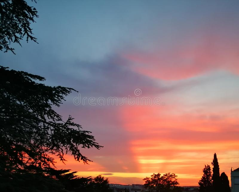 röd sky royaltyfri bild