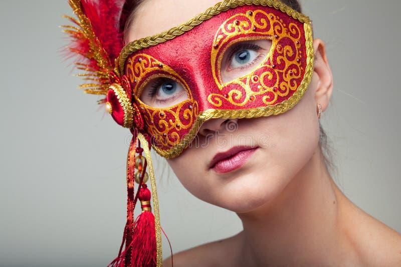röd slitage kvinna för karnevalmaskering royaltyfri foto