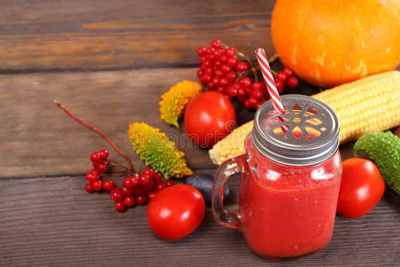 Röd smoothie med ingredienser fotografering för bildbyråer