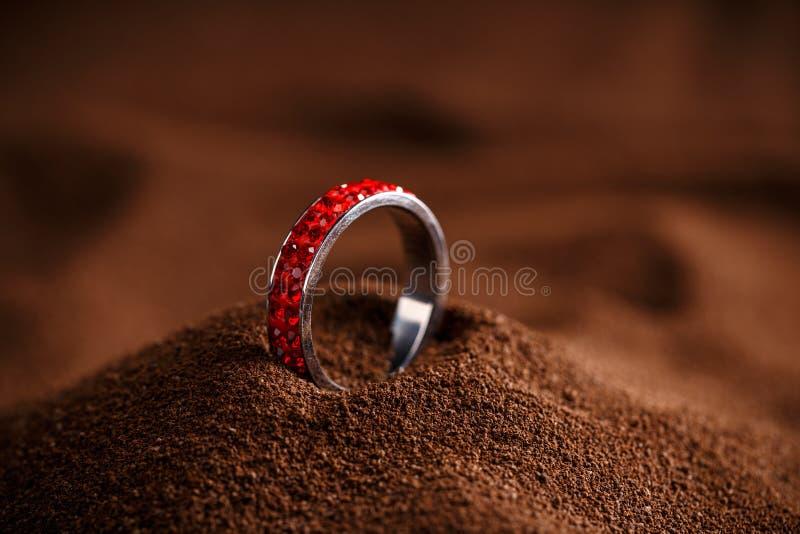 Röd smyckencirkel arkivfoton