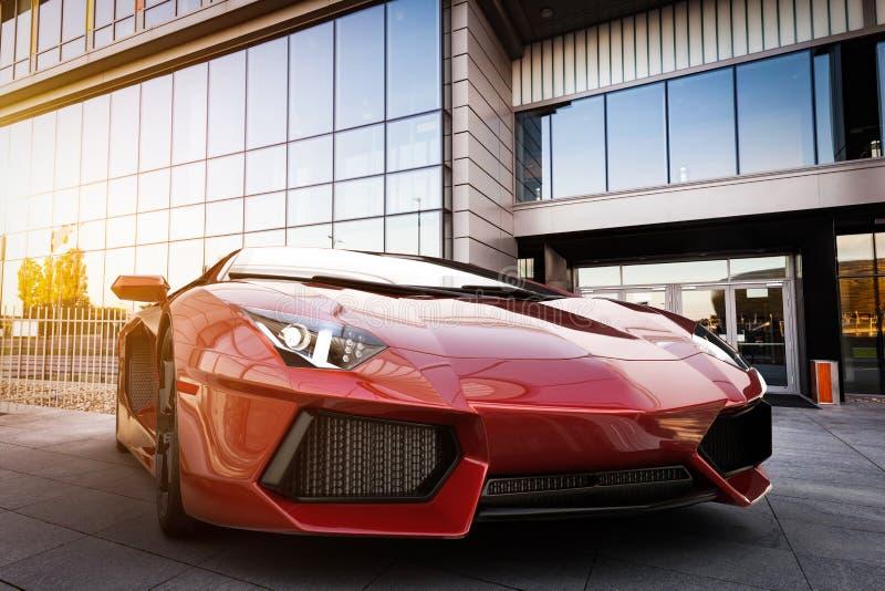 Röd snabb sportbil i modern stads- inställning Generisk brandless design royaltyfria foton