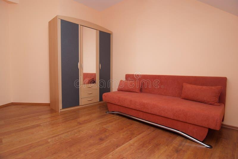 röd sofa royaltyfria bilder