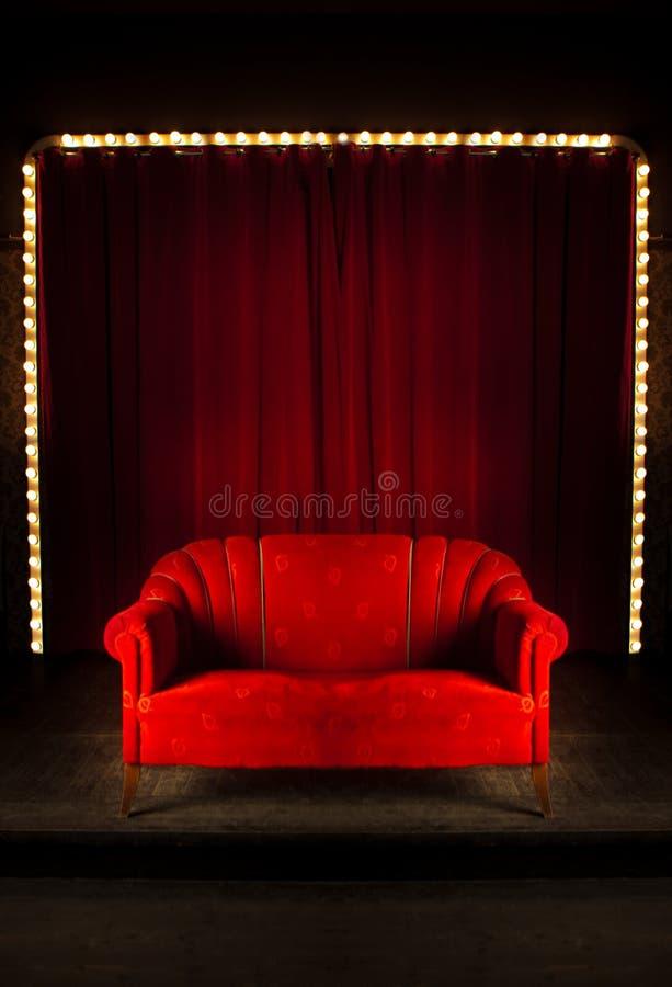 röd sofaetapp arkivfoton