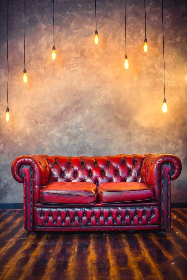 Röd soffasoffa royaltyfria foton
