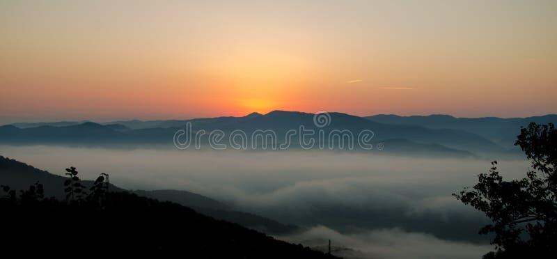 Röd solnedgång över berget royaltyfria bilder