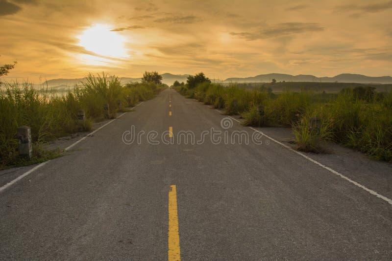 Röd solnedgång över vägen arkivbilder