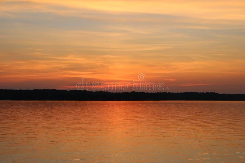 Röd solnedgång över vattnet på Chesapeakefjärden royaltyfri bild