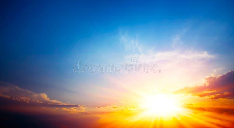 Röd solnedgång, ljus sommarbakgrund royaltyfri bild