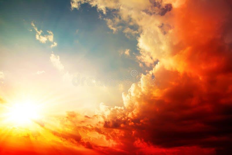 Röd solnedgång, ljus sommarbakgrund fotografering för bildbyråer