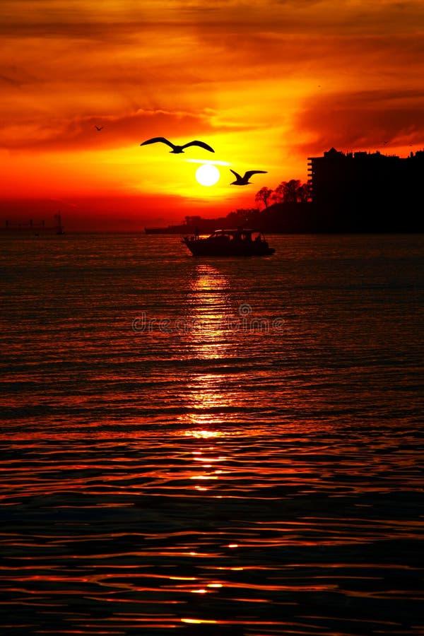 Röd solnedgång på den havsistanbul kalkon royaltyfri foto