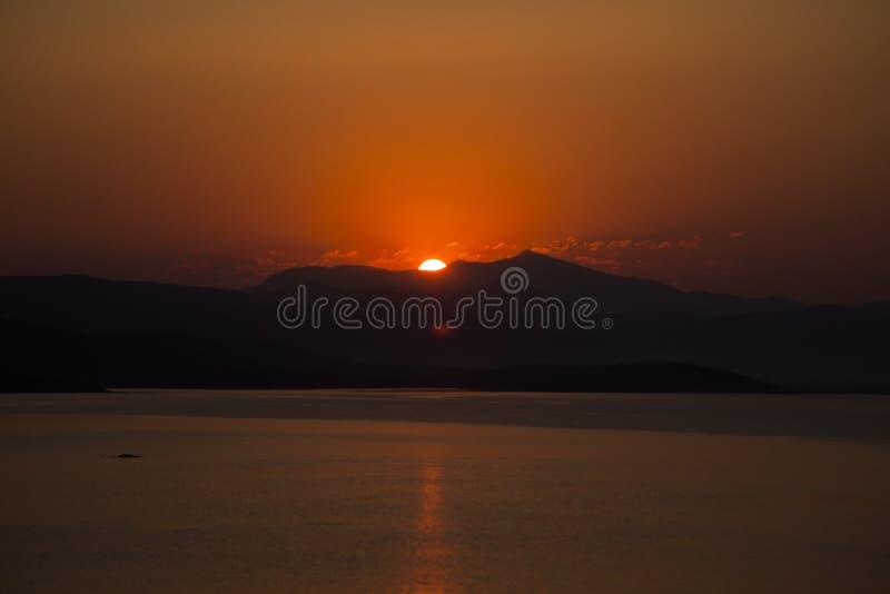 Röd solnedgång på havsbodrumkalkon royaltyfria foton