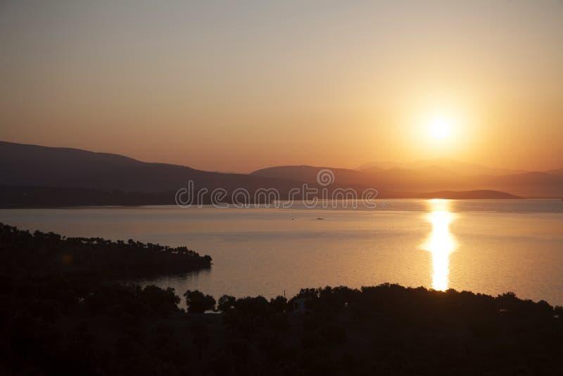 Röd solnedgång på havsbodrumkalkon royaltyfria bilder