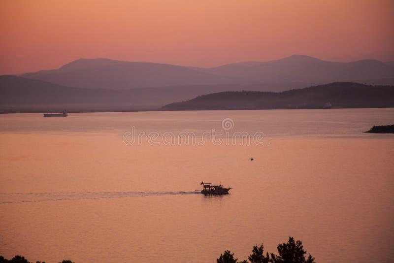 Röd solnedgång på havsbodrumkalkon arkivfoto