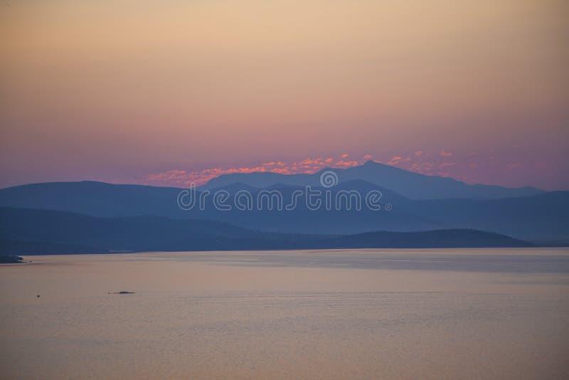 Röd solnedgång på havsbodrumkalkon arkivbilder