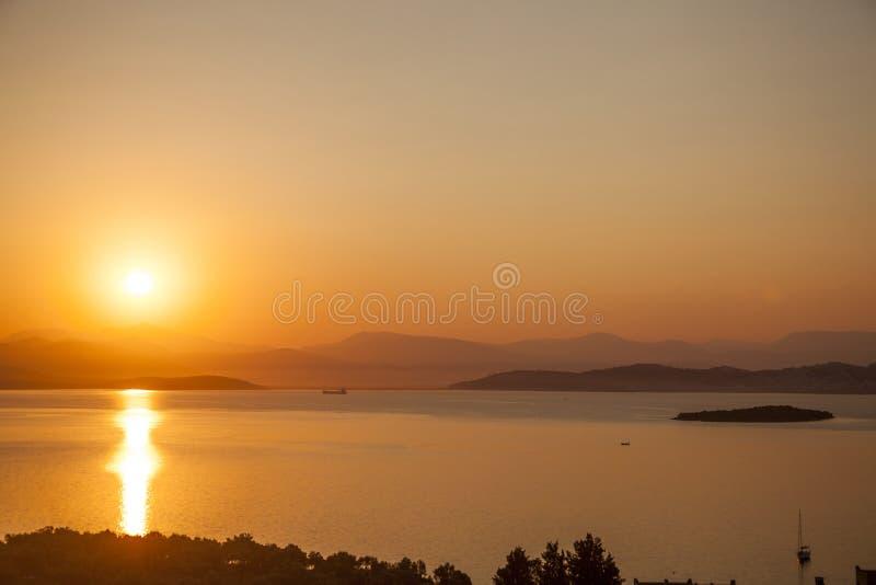 Röd solnedgång på havsbodrumkalkon arkivbild