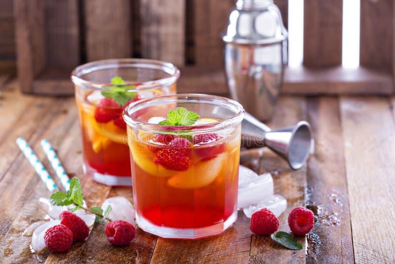 Röd sommarcoctail med citroner och hallonet arkivfoton
