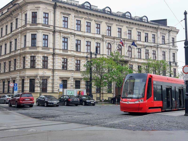 Röd spårväg i Bratislava, Slovakien royaltyfri fotografi