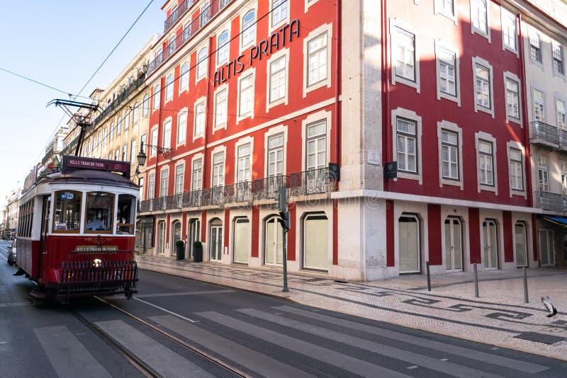 Röd spårvagn i gatan av Lissabon royaltyfria foton