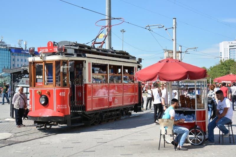 Röd spårvagn på Taksim arkivbilder