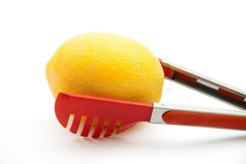 Röd spagettitång och apelsin royaltyfria bilder