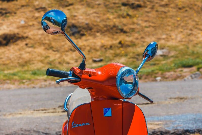Röd sparkcykelVespa som parkeras i bergen på madeiraön, Portugal royaltyfria bilder