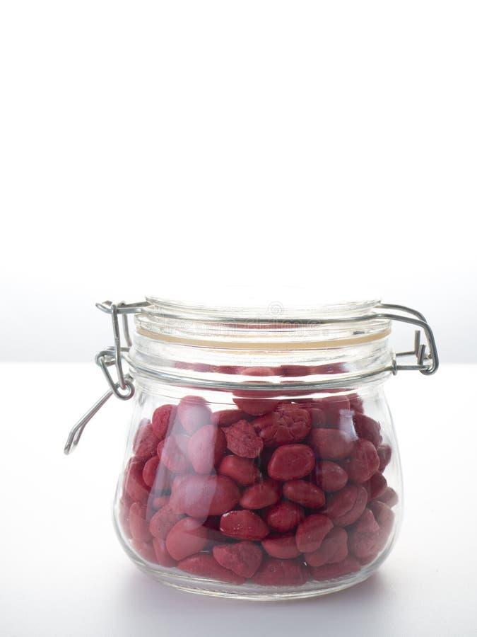 Röd sten i en glasflaska fotografering för bildbyråer