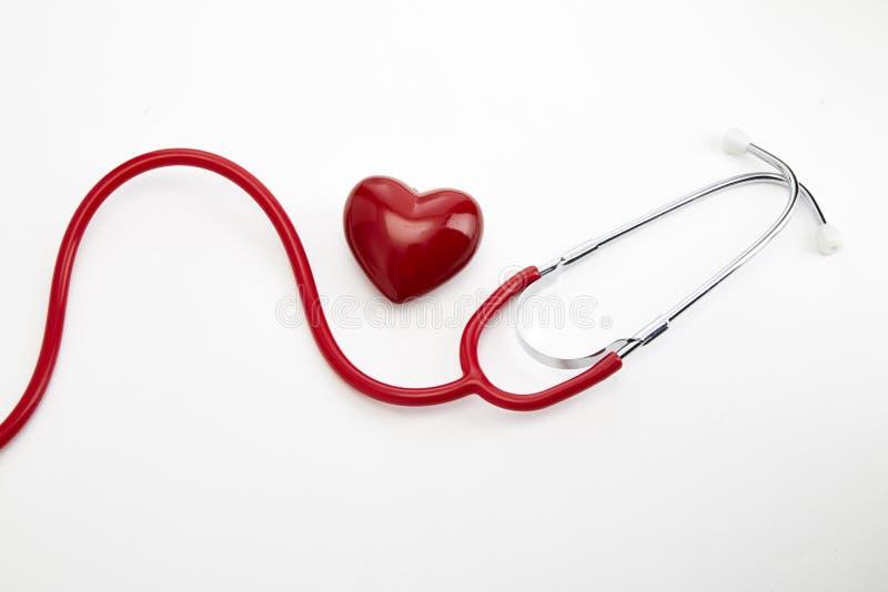 Röd stetoskop med röd hjärta royaltyfri fotografi
