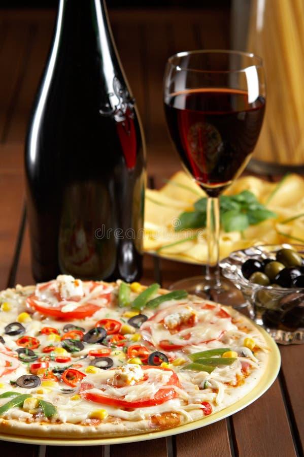 röd still wine för livstidspizza royaltyfria foton