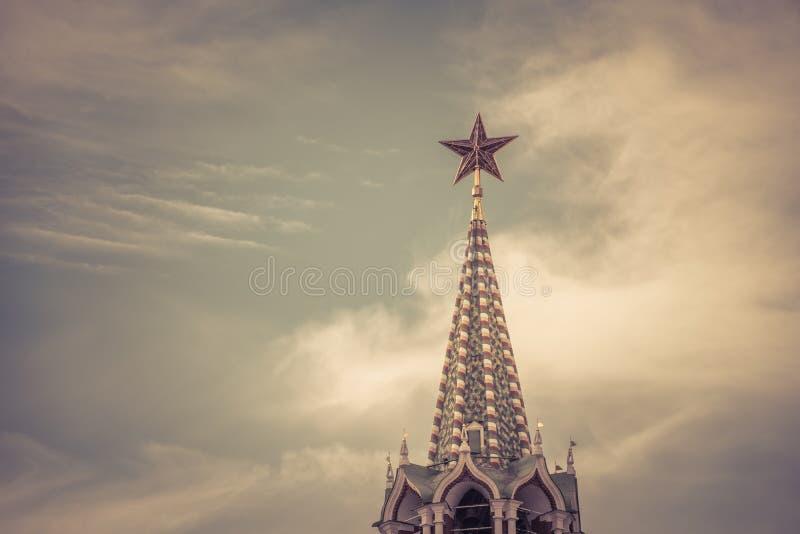 Röd stjärna i MoskvaKreml arkivfoton