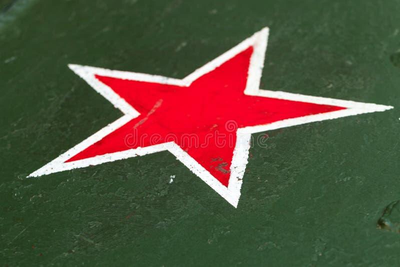 Röd stjärna med den vita gränsen på gräsplan arkivbild