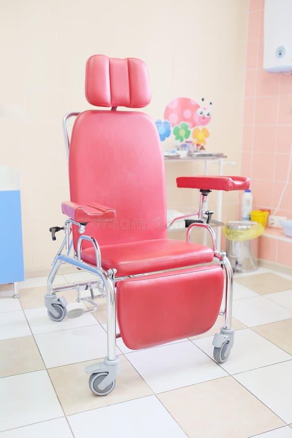 Röd stol för injektion arkivbilder