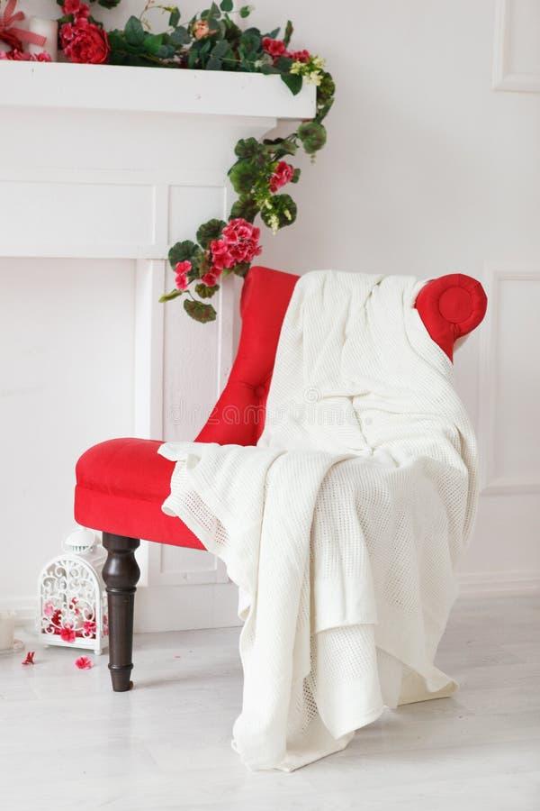 Röd stol med betald vit arkivbilder
