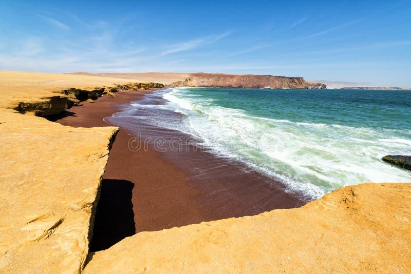 Röd strand på Paracas royaltyfri bild