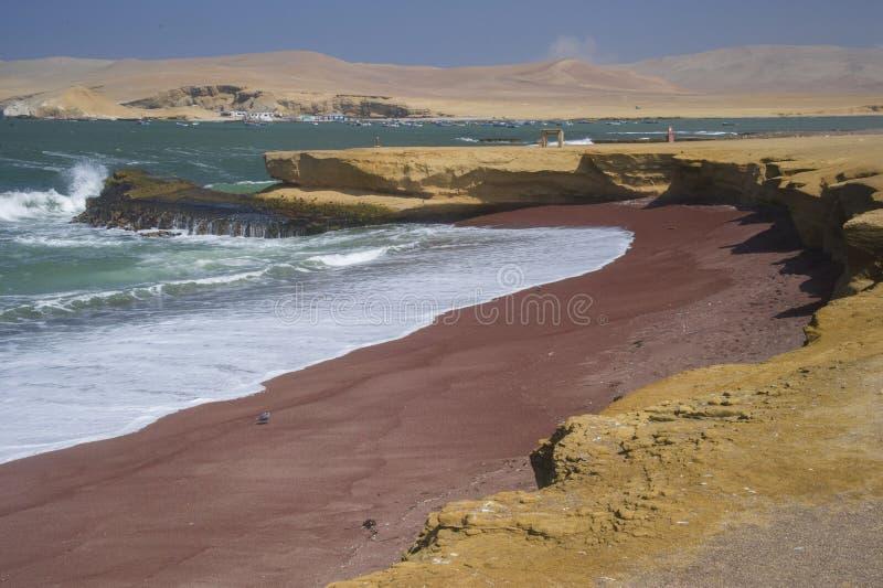 Röd strand, Paracas, Peru arkivfoton