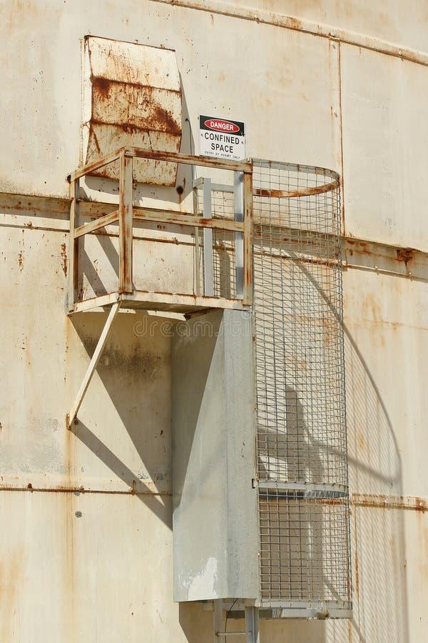 Röd svartvit fara, begränsat utrymmevarningstecken på yttersidan av en silo royaltyfria foton