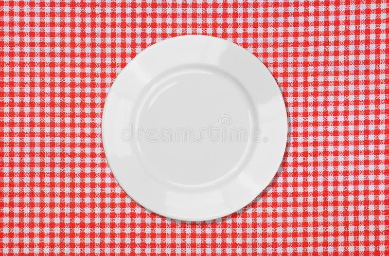 röd tableclothwhite för platta royaltyfri fotografi