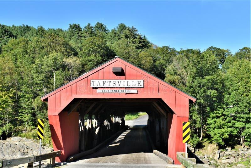 Röd Taftsville täckt bro i den Taftsville byn i staden av Woodstock, Windsor County, Vermont, Förenta staterna royaltyfri foto